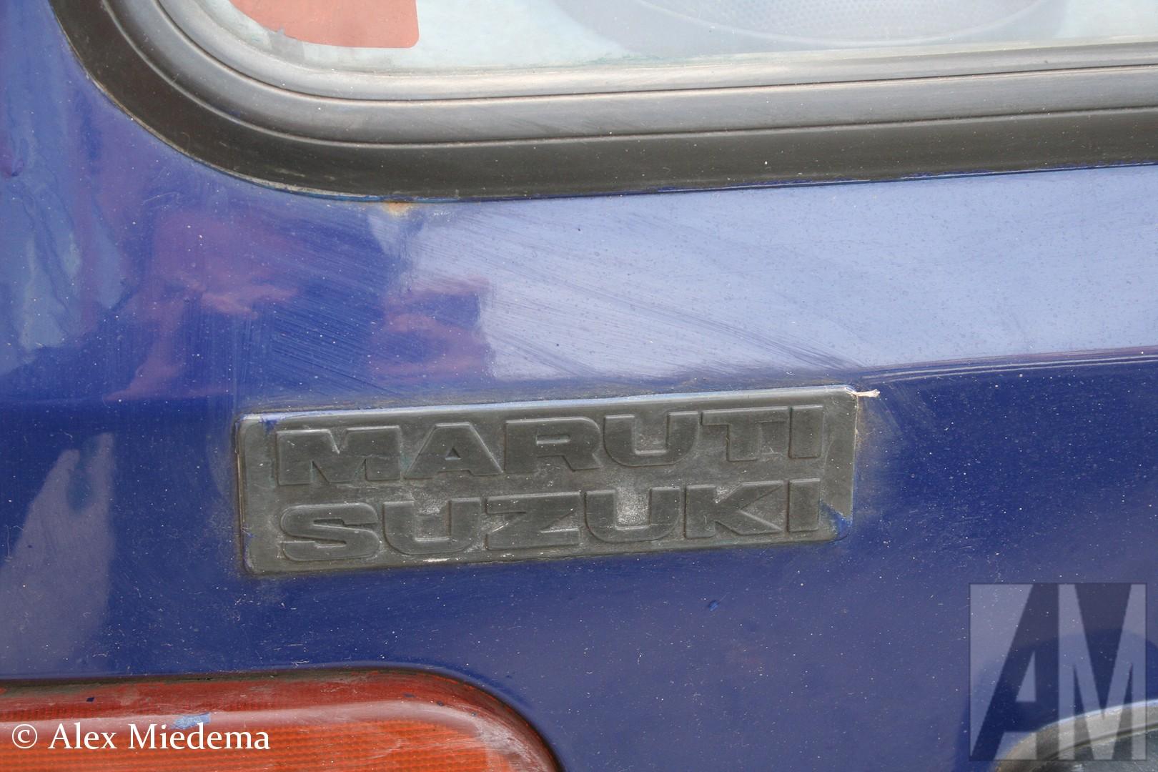 Alto model van begin jaren '90 vak helemaal niet bij Suzuki is gebouwd. Het Indische Maruti bouwde ze in licentie, maar deze werden op de West-Europese markt gewoon onder de naam Suzuki Alto verkocht. Menig huisvrouw, bejaarde of arme student heeft dus gepocht met een 'betrouwbaar Japannertje', terwijl ze eigenlijk in een Indische auto reden, zonder dat ze het zelf doorhadden. In het nabije oosten werden deze auto's wel gewoon onder de naam Maruti verkocht, zo ook deze Maruti 800 die ik april 2011 in Budapest voor de lens kreeg.