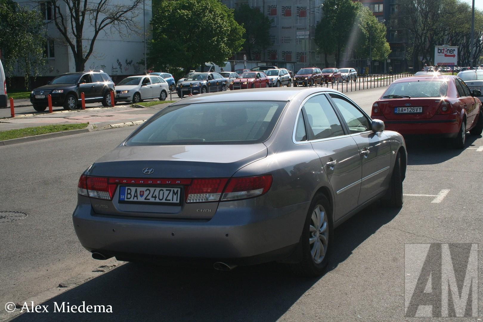 Hyundai Grandeur De Grandeur kwam in 1986 op de markt. Het exemplaar uit deze blogpost is er een van de vierde generatie, die van 2005 tot 2011 in productie was. Hij deelde de bodemplaat met de Hyundai Sonata. In het overgrote deel van de wereld heette deze auto overigens Hyundai Azera, alleen in Australië, Nieuw-Zeeland, Japan en bij ons in Europa luistert hij naar de naam Grandeur.De Grandeur kwam in 1986 op de markt. Het exemplaar uit deze blogpost is er een van de vierde generatie, die van 2005 tot 2011 in productie was. Hij deelde de bodemplaat met de Hyundai Sonata. In het overgrote deel van de wereld heette deze auto overigens Hyundai Azera, alleen in Australië, Nieuw-Zeeland, Japan en bij ons in Europa luistert hij naar de naam Grandeur.De Grandeur kwam in 1986 op de markt. Het exemplaar uit deze blogpost is er een van de vierde generatie, die van 2005 tot 2011 in productie was. Hij deelde de bodemplaat met de Hyundai Sonata. In het overgrote deel van de wereld heette deze auto overigens Hyundai Azera, alleen in Australië, Nieuw-Zeeland, Japan en bij ons in Europa luistert hij naar de naam Grandeur.De Grandeur kwam in 1986 op de markt. Het exemplaar uit deze blogpost is er een van de vierde generatie, die van 2005 tot 2011 in productie was. Hij deelde de bodemplaat met de Hyundai Sonata. In het overgrote deel van de wereld heette deze auto overigens Hyundai Azera, alleen in Australië, Nieuw-Zeeland, Japan en bij ons in Europa luistert hij naar de naam Grandeur.De Grandeur kwam in 1986 op de markt. Het exemplaar uit deze blogpost is er een van de vierde generatie, die van 2005 tot 2011 in productie was. Hij deelde de bodemplaat met de Hyundai Sonata. In het overgrote deel van de wereld heette deze auto overigens Hyundai Azera, alleen in Australië, Nieuw-Zeeland, Japan en bij ons in Europa luistert hij naar de naam Grandeur.De Grandeur kwam in 1986 op de markt. Het exemplaar uit deze blogpost is er een van de vierde generatie, die van 2005 tot 2011 in producti
