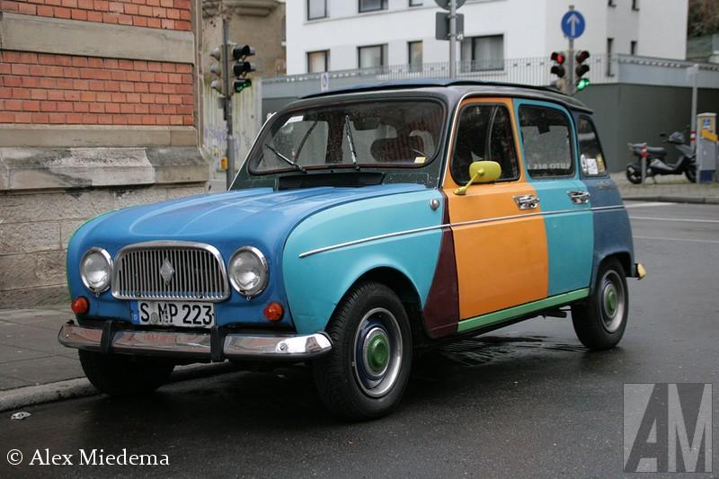 Over de VW Polo Harlekin heb ik eerder al uitgebreid geblogd. Tijdens de kerst stond deze Renault 4 bij mijn zwager in Stuttgart om de hoek, de eigenaar heeft zich ongetwijfeld door de Polo laten inspireren.