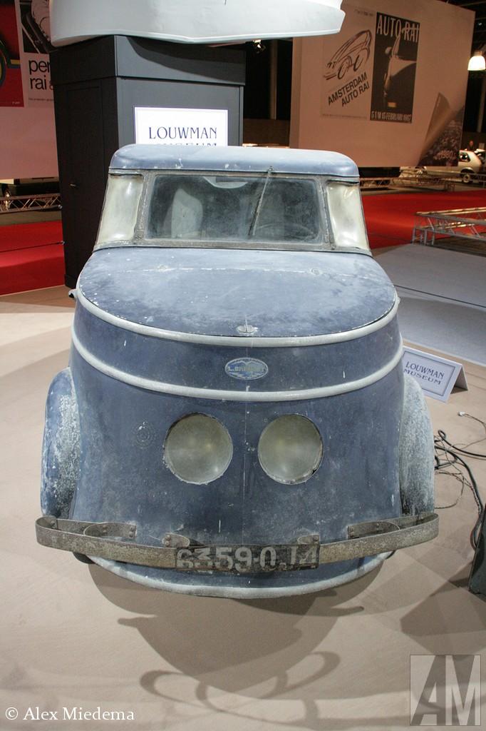 Breguet A2 Breguet was niet echt bekend als autofabrikant, maar had een goede naam als het om vliegtuigen ging. In de periode tussen 1942 en 1945 bouwde men min of meer noodgedwongen een aantal elektrische auto's, waaronder in 1942 deze A2. Het waren vierwielers met een aan het buizenframe bevestigde motor. Er zijn er minder dan 200 gebouwd, waarvan er nog maar heel weinig over zijn.  Het vierkante ding wat bij de auto staat is de oplader.
