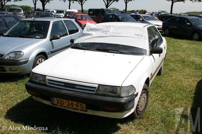 Bij het Oldtimer Evenement Balkbrug zag ik een Toyota Carina II op de bezoekersparking staan. Dat was een flinke tijd terug dat ik er één had gezien, de meeste wonen inmiddels in Afrika. Als tiener had ik een enorme hekel aan de Carina II. Mijn vader had er een, in de jaren '90 modekleur bordeauxrood. Ik wilde heel graag dat er een nieuwe auto kwam, maar dat zou pas gebeuren als de Toyota kapot ging. En dat doen deze Carina's dus gewoon niet... Pas toen de kofferbak ging lekker omdat iemand tegen de achterkant was gebotst, kwam er een opvolger op de oprit van mijn ouders te staan.