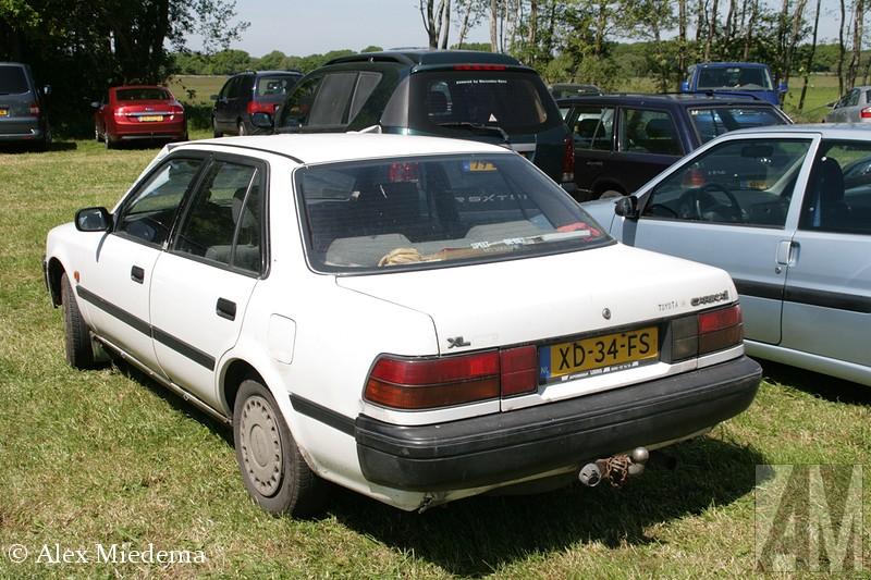 Bij het Oldtimer Evenement Balkbrug zag ik een Toyota Carina II op de bezoekersparking staan. Dat was een flinke tijd terug dat ik er één had gezien, de meeste wonen inmiddels in donker Afrika. Als tiener had ik een enorme hekel aan de Carina II. Mijn vader had er een, in de jaren '90 modekleur bordeauxrood. Ik wilde heel graag dat er een nieuwe auto kwam, maar dat zou pas gebeuren als de Toyota kapot ging. En dat doen deze Carina's dus gewoon niet... Pas toen de kofferbak ging lekker omdat iemand tegen de achterkant was gebotst, kwam er een opvolger op de oprit van mijn ouders te staan.