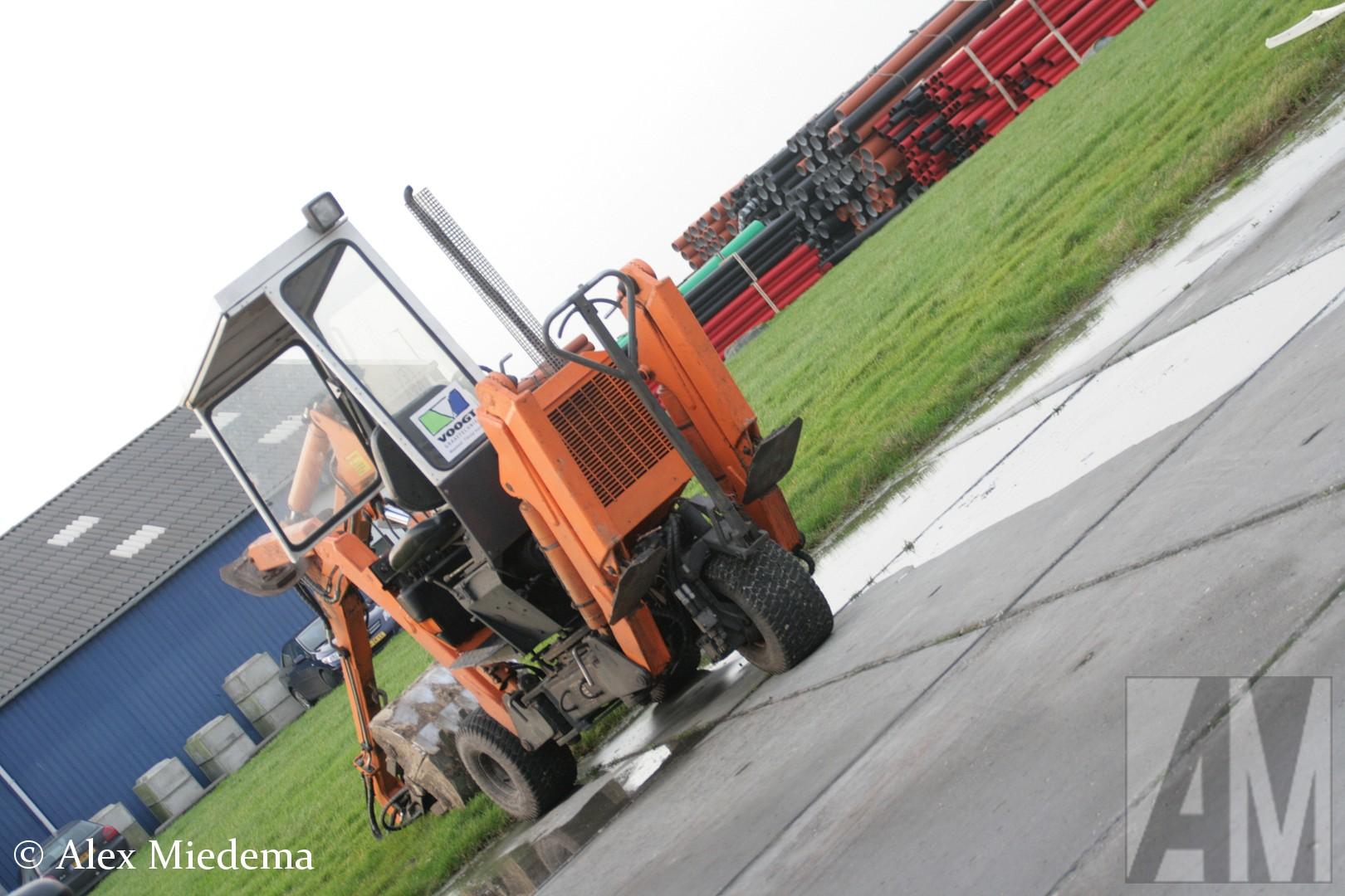 KieBij Bedrijfswagen Service Friesland in Leeuwarden heb ik al veel aparte voertuigen gezien, maar deze slaat alles. Dit is een Kiefer minigraver met vier steunpoten, drie wielen en (uiteraard) een graafarm. Het ziet er erg wendbaar, maar ook wel wat onconventioneel uit. Ik ben benieuwd wat de voordelen zijn ten opzichte van een reguliere rups-minigraver? Het transport van deze Kiefer wordt overigens ook met een bijzondere truckje gedaan, maar daar is in een andere blogpost meer over te lezen.Bij Bedrijfswagen Service Friesland in Leeuwarden heb ik al veel aparte voertuigen gezien, maar deze slaat alles. Dit is een Kiefer minigraver met vier steunpoten, drie wielen en (uiteraard) een graafarm. Het ziet er erg wendbaar, maar ook wel wat onconventioneel uit. Ik ben benieuwd wat de voordelen zijn ten opzichte van een reguliere rups-minigraver? Het transport van deze Kiefer wordt overigens ook met een bijzondere truckje gedaan, maar daar is in een andere blogpost meer over te lezen.Bij Bedrijfswagen Service Friesland in Leeuwarden heb ik al veel aparte voertuigen gezien, maar deze slaat alles. Dit is een Kiefer minigraver met vier steunpoten, drie wielen en (uiteraard) een graafarm. Het ziet er erg wendbaar, maar ook wel wat onconventioneel uit. Ik ben benieuwd wat de voordelen zijn ten opzichte van een reguliere rups-minigraver? Het transport van deze Kiefer wordt overigens ook met een bijzondere truckje gedaan, maar daar is in een andere blogpost meer over te lezen.fer